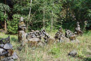 Steinmännchen, die 2014 die Bacher Lay zierten, die aber mittlerweile verschwunden sind.