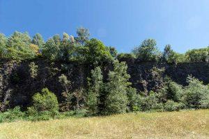 ...mit steilen Felswänden...