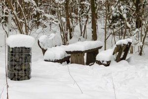 verschneite Bänke