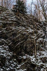 Schneebedeckter Säulenbasalt