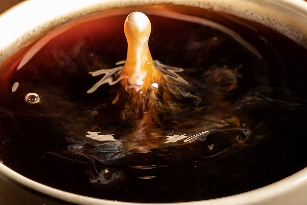 Milchtropfen in Kaffee