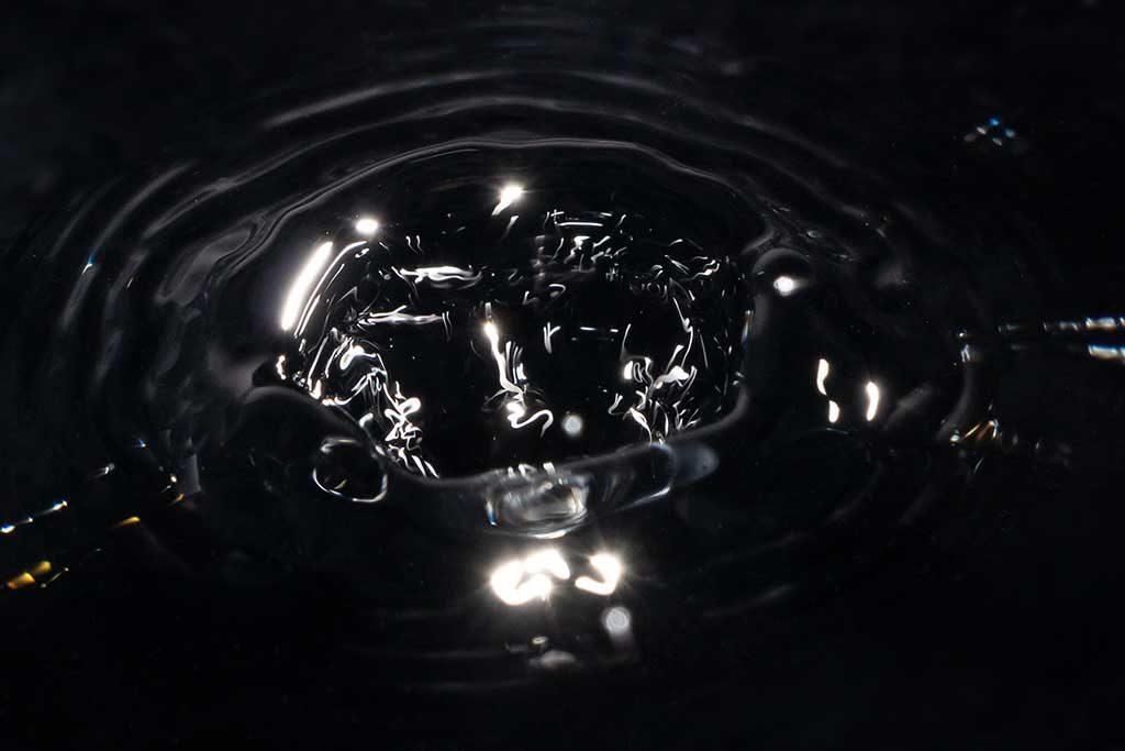 Wassertropfen in Schwarz