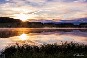 Die Breitenbachtalsperre bei Sonnenaufgang